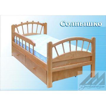 Детская кровать из сосны с защитным бортиком.